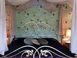 Doppelbett in der romantischen Deluxe Romantiksuite