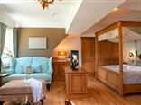 Wohn- und Schlafbereich in der Deluxesuite Heidizimmer