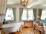 Badewanne in der Romantiksuite Heidzimmer