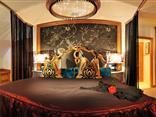 Doppelbett mit Sternenhimmel in der Romantiksuite Bacchus