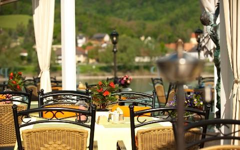 Terasse am Ufer der Donau