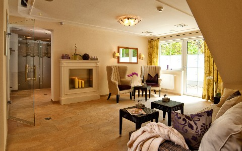 Wohnzimmer in einer Romantiksuite